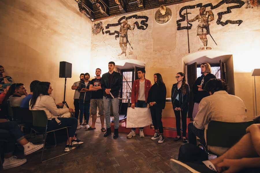 Grupo de estudiantes de diseño presentando sus propuestas